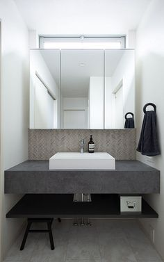 The bathroom with modern design is the perfect option for a contemporary home. Teak Bathroom, Modern Master Bathroom, Washroom, Bathroom Ideas, Modern Masters, Powder Room, Modern Design, Vanity, Interior