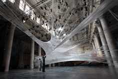 Dans un autre style, cette très arachnéenne installation (qui est praticable) réalisée à Vienne par les designer Numen/For Use. Voir lien pour d'autres photos.