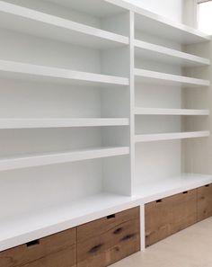 Boekenkast – Creatief op maat Corporate Office Design, Modern Office Design, Office Interior Design, Office Interiors, Bookshelf Design, Bookshelves, Bookcase, Commercial Office Design, Family Room Walls