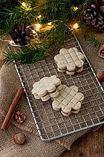 (vegane) Kekse verziert mit einem Kuchengitter, auch aus unserem Schoko- oder Vanillemürbteig machbar. Dieses und viele weitere Rezepte findet ihr auf unserer Website (Backen, Rezepte, Weihnachten, Advent, Kekse, Weihnachtskekse, Verzieren)