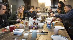 De Brouwerij: een reactie op bureaucratische ggz-instellingen - Amsterdam - PAROOL. Psychiater Jules Tielens schept links de soep op, verpleegkundige Bertil Hartoch zit achterin, aan het hoofd van de tafel.