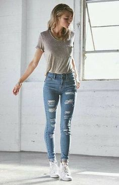 Distressed blue jeans ~ gray shirt ~ white sneakers Graue Jeans, Weiße  Turnschuhe, Anziehen 7103012fd9