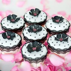 Vintage cupcakes by Planet Cake Flowers Cupcakes, Yummy Cupcakes, Cupcake Cookies, Black Cupcakes, Cupcake Wars, Cupcake Frosting, Fondant Cupcakes, Fondant Flowers, Fancy Cakes