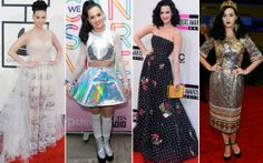Katy Perry consegue, como ninguém, ser sexy e divertida ao mesmo tempo. Estampas engraçadinhas, como esta de notas musicais, brilhos diferentes e acessórios inusitados (olha a bolsa em forma de livro e a coroa!) marcam suas produções. Tudo combinado com peças justas, transparência e barriguinha de fora, claro!