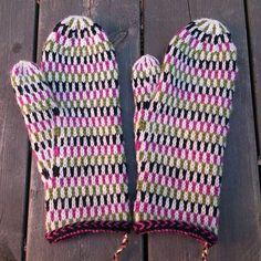 Somriga vantar med inspiration från @asalmanakk . Men i ärlighetens namn, hur ofta använder man vantar på sommaren? #mittens #vantar #knittersofinstagram #restefest2016
