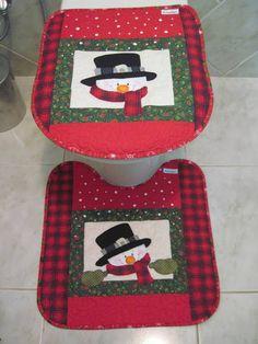 FRETE :GRÁTIS PARA AS REGIÕES SUL E SULDESTE E COM DESCONTO PARA AS DEMAIS REGIÕES (PAC)  Jogo para banheiro em patchwork com detalhes em patchapliquê. 3 PEÇAS Tecido 100% algodão, forro de tecido americano (sarja),pré-lavado e pré-encolhido. R$ 120,00 Christmas Crafts For Gifts, Christmas Sewing, Christmas Table Decorations, Christmas In July, Christmas Projects, Craft Gifts, Quilting Projects, Sewing Projects, Sewing Ideas