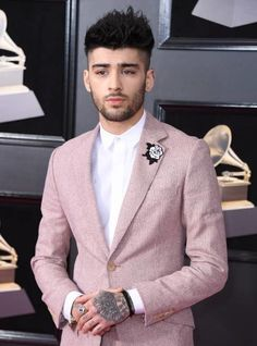 Zayn attends the Annual GRAMMY Awards at Madison Square Garden on January 2018 in New York City. Liam Payne, Harry Styles, Zayn Malik Hairstyle, Gigi Hadid And Zayn, Zany Malik, Zayn Malik Photos, Wattpad, One Direction, Bad Boys