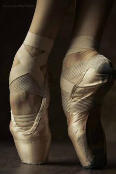 en pointe ~ katya kravtsova photography // I just love how much worked, stitched and used these pointe shoes are :)