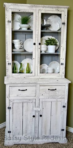 Sassy Style: DIY Barnwood Hutch Makeover with Annie Sloan Chalk Paint. LOVE the colors and the design of this! Paint Furniture, Furniture Projects, Home Projects, Hutch Makeover, Furniture Makeover, Deco Champetre, Barn Wood Crafts, Chalk Paint, Annie Sloan