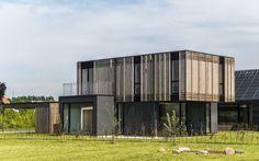Casa Adaptable con multitud de tabiques móviles. Vivienda unifamiliar diseñada y construida para tener una reducida huella de carbono. Tiene la peculiaridad de adaptarse a las exigencias de sus ocupantes, con tabiques móviles en la planta de dormitorios. Reúne otras estrategias sostenibles relacionadas con los materiales. De Henning Larsen Architects.  #Arquitectura, #Sostenibilidad, #Videos