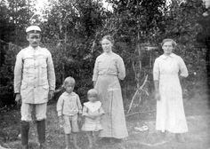 Kronojägare Karl Robertsson med frun Mina och barnen Ivar och Elna 1918 -1920.Till höger pigan Elin Gruffman. Kortet taget framför berså...
