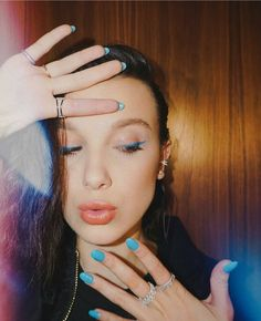 Millie Bobby Brown's make-up for the late show with Stephen Colbert Millie Bobby Brown, Bobbie Brown, Bobby Brown Stranger Things, Stranger Things 3, Pretty People, Beautiful People, Amazing People, Blue Nails, Celebs
