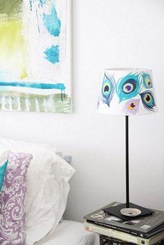 Lámpara pintada con plumas de pavo real