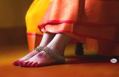 Indian wedding photography by iPic Frames   Beautiful shot of the alta on the feet with the kundan payal. wedding shoot | Beautiful bridal payal,  https://www.facebook.com/iPicFrames/  #weddingday #beautibride #indianwedding