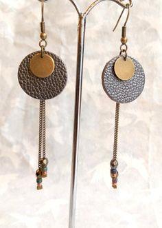 Boucles doreilles cuir gris irisé, rondes, graphiques sequin, chaîne bronze et perles - Fait main Diy Leather Earrings, Diy Earrings, Leather Jewelry, Metal Jewelry, Chain Earrings, Brown Earrings, Diy Schmuck, Homemade Jewelry, Bijoux Diy