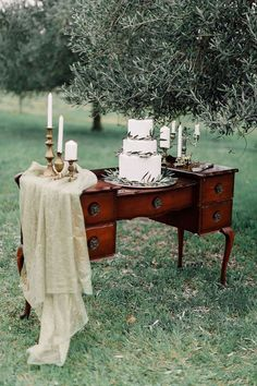Take a look at the best vintage backyard wedding in the photos below and get ideas for your wedding!!! Vintage Wedding Ideas with the Cutest Details Image source
