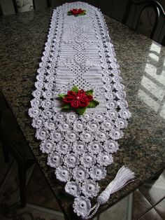 Deixe a sua cozinha decorada para o natal com este kit maravilhoso que montei especialmente para essa época tão especial. #crochê #caminhodemesa #portapanodeprato #saladejantar #crochê #cozinha #artemcrochê #decoração #decorandocomcrochê Crochet Table Runner, Manta Crochet, Table Runners, Diy And Crafts, Blanket, Rugs, Lima, Crochet Bebe, Home Decor