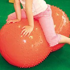 Pratiquer les exercices de rééducation habituels avec plus  de stabilité grâce au cocon sensoriel reconnaissable par sa forme «cacahuète ». Assurant en plus une stimulation tactile grâce aux picots souples qui le recouvrent, votre enfant prendra plaisir à l'utiliser. Diam. 50 cm. Couleur selon stock. En PVC non toxique. Sans latex. Dès 3 ans.