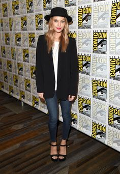 "Lauren German Photos - Actress Lauren German attends the ""Lucifer"" press room during Comic-Con International 2015 at the Hilton Bayfront on July 10, 2015 in San Diego, California. - Comic-Con International 2015 - 'Lucifer' Press Room"
