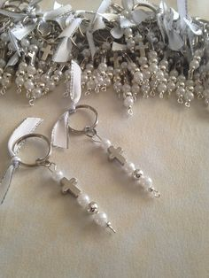20 pcs Martyrika Keychains-Witness Pins-Baptism Favors-Wedding Favors-First communion favors - Joyeria y D + - Souvenirs First Communion Favors, Baptism Favors, Beaded Christmas Decorations, Beaded Ornaments, Beaded Bookmarks, Beads And Wire, Pearl Beads, Silver Beads, Wedding Favors