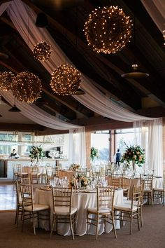 40 Romantic And Whimsical Wedding Lightning Ideas - Deer Pearl Flowers / http://www.deerpearlflowers.com/romantic-wedding-lightning-ideas/