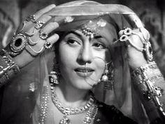 There never will be another like Madhubala. Jab Pyaar Kiya Toh Darna Kya- Mughal-e-Azam Bollywood Heroine, Bollywood Fashion, Bollywood Actress, Rekha Actress, Indian Bridal Makeup, Vintage Bollywood, Bollywood Stars, Timeless Beauty, Vintage Beauty