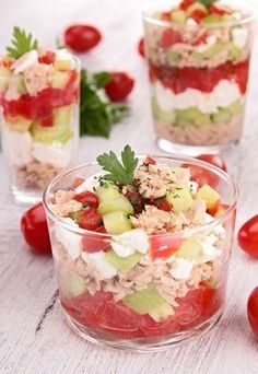 Verrine toute fraîche : concombre-feta-tomate et thon Frische Verrine: Gurken-Feta-Tomaten und Thunfisch Good Food, Yummy Food, Tasty, Fingers Food, Paleo Recipes, Cooking Recipes, Tuna Recipes, Food Porn, Snacks