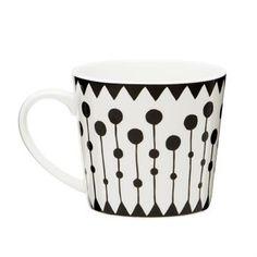 Berry string mugg från det svenska varumärket Littlephant är en stilren porslinsmugg som är perfekt till såväl morgonkaffe som till kvällste. Mönstret är designat av den svenska formgivaren Camilla Lundsten och är otroligt fint att kombinera med andra mönster från Littlephant. Skapa din egna personliga dukning med dina favoriter!