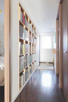 本好きにとっては「永遠の憧れ」とも言える大きな本棚。けれども悩ましいのが、その設置場所。リビングにも書斎にも子ども部屋にも置けそうにないという人へ、究極の! Bookcase, Bookshelves, Library Room, Shed Storage, Smart Home, Kids Bedroom, Shelving, Diy Home Decor, House Design
