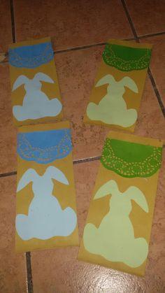 Porta posate di Pasqua con sacchetti di carta e decorazioni