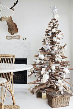Steeds vaker zie je een alternatief op de traditionele kerstboom. Neem bijvoorbeeld deze houten boom met witte decoratie!