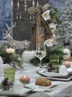Tischdeko zu Weihnachten: die Holzlaterne wurde mit Juteband und Kordel verziert, ein paar Zweigen und Christrosen. Die Tischdecke ist von sander-tischwaesche.de