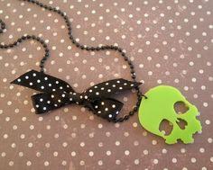 Collier  tête de mort vert fluo et noeud polka noir  Mimischkä