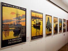 """expo """"Bienvenue en Bretagne"""" : affiches touristiques  - au Musée Départemental Breton à Quimper  © Paul Kerrien https://en-photo.fr Finistère Bretagne"""