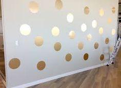 Faz a bola com um molde, um balde, depois corta e cola na parede. Isso é Contact dourado
