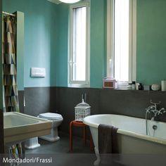 Schon Die Zweiteilige Wandgestaltung Aus Verschiedenen Wandfarben Im Bad Besteht  Aus Einer Oberen Hälfte In Türkis Und