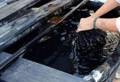 """Dip, imminenti legate """"nodi"""" di stoffa imbevuto di acqua in un primo momento, e poi nel colorante al tino, tintura o freddo ammollo, bollire o riscaldare tintura termico, rimuovere e asciugare dopo un certo tempo, poi il tessuto nella vasca di tintura dip."""