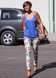 Flower power: Frankie Sandford visited the nail salon in Los Angeles wearing a pair of trendy floral trousers on Tuesday Printed Leggings Outfit, Black Leggings Outfit, Tribal Leggings, Legging Outfits, Tall Girl Fashion, Cute Fashion, Spring Summer Fashion, Spring Outfits, Short Hair Outfits