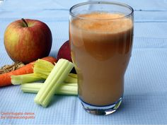 Centrifugato detox sedano, carota, mela, pesca e zenzero