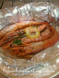 Four Kitchen Decorating Suggestions Which Can Be Cheap And Simple To Carry Out Gamberoni Al Cartoccio Con Rosmarino E Limone Fish Recipes, Seafood Recipes, Dog Food Recipes, Cooking Recipes, Cena Light, Fish Salad, Evening Meals, Fish Dishes, Fish And Seafood