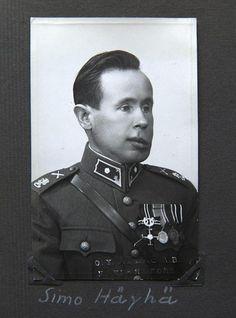Simo Häyhä haavoittui vakavasti Kollaan rintamalla 6. maaliskuuta 1940. Hän sai kasvojensa vasemmalle puolella osuman vihollisen ampumasta räjähtävästä luodista, joka murskasi hänen leukaluunsa.