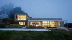 Zinc, cuivre et bois recouvre cette maison contemporaine constituée de plusieurs cubes, une-in-out #construiretendance