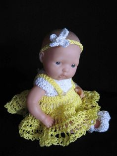Crocheted doll clothes using thread