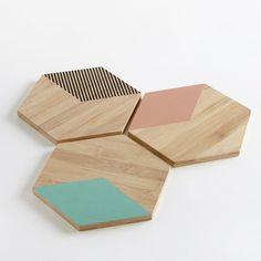 - 3er-Set Untersetzer Ogomi. Sechseckige Form. Geometrische Formen im Origami-Stil für eine moderne Tischdeko.Material und Details: • Bambus • Unterschiedliche Motive auf jedem Untersetzer: 1 uni nude, 1 uni mintgrün, 1 schwarz gestreift • Sechseckig • Masse: 15 x 17 cm • Materialstärke: 1 cmDie gesamte Serie Ogomi finden Sie auf laredoute.ch.