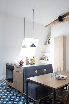 """D'esprit """"Broc'"""", cuisine sous les toits : bloc cuisson + rangements et banquette sur palettes agio / Archi : ATELIER PREMIER ETAGE"""