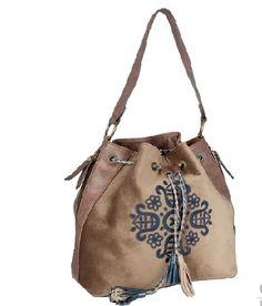 c14f0164a Bolso de terciopelo con bordado arabesco y cordones trenzados con borlas en  fantasía en color beige