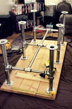 good sturdy basement work table http://www.shelterness.com/diy-wooden-pallet-coffee-table-with-a-glass-top/