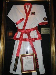 Elvis' karate gi at San Antonio's Hard Rock Cafe Karate Suit, Karate Moves, Elvis Costume, Elvis Presley Videos, Elvis Memorabilia, Self Defense Moves, Graceland, American Singers, Hard Rock