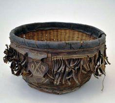 Cesta do Senegal, de fibra, couro e pigmento, exposta no Museu Penn. Fotografia: Pintrest.