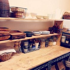 女性で、のキッチン収納/ブラウンライン/狭いキッチン/セリア/DIY/賃貸…などについてのインテリア実例を紹介。「久々にキッチン壁側。秋なのでガラス食器をしまってブラウンラインの食器を出しました。 このスチールラックを作った時の投稿へのいいねが500を超えていました‼︎ありがとうございます♥︎♥︎」(この写真は 2014-09-28 16:56:29 に共有されました)